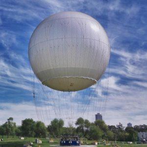 טיסה בכדור פורח מעל העיר