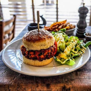 מסעדת לוויתן - ארוחת המבורגר, ציפס ובירה