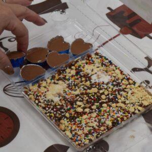 סרט, סדנת שוקולד ואתגר חידות